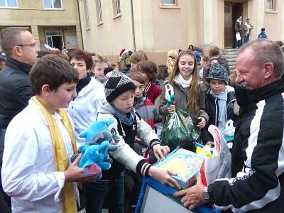 À Noël, les élèves offrent des cadeaux pour les enfants défavorisés.